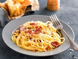 Спагети Карбонара с бекон, жълтъци, сметана и сирене Пекорино - снимка на рецептата